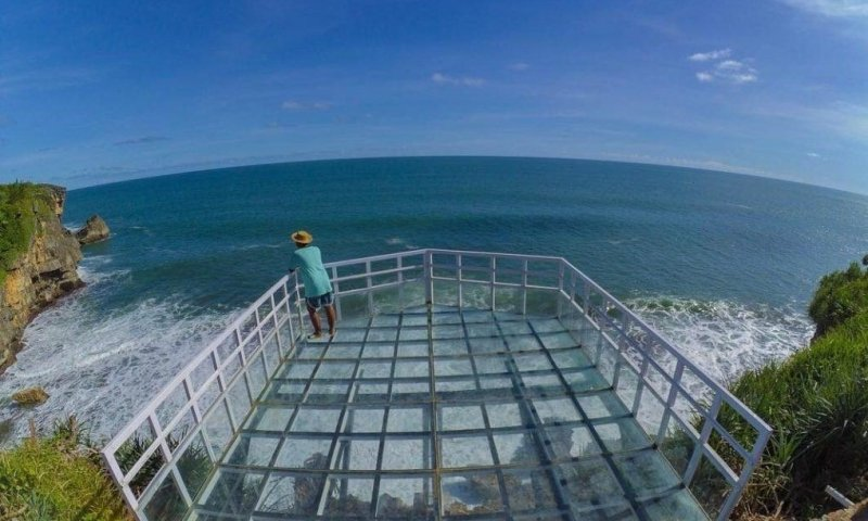 Menikmati Birunya Laut Jogja dari Atas Teras Kaca