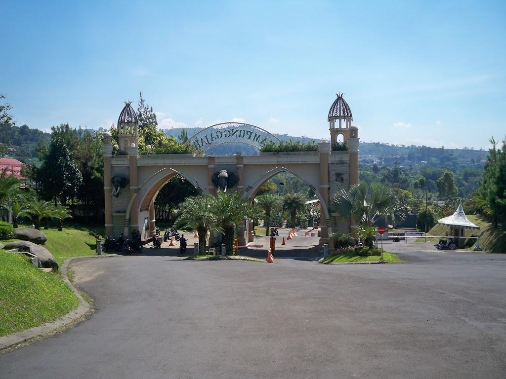 Gerbang masuk Kampung Gajah Wonderland Bandung