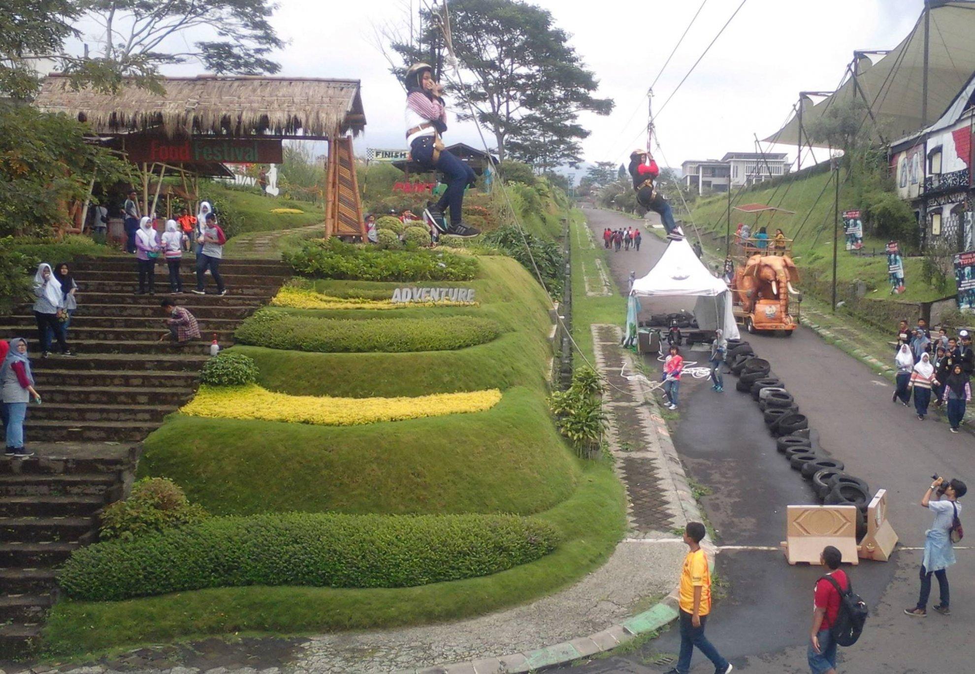 Flying fox dan area motocross Kampung Gajah Wonderland