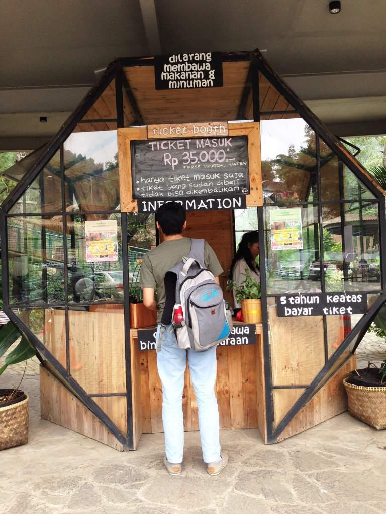 Gerbang masuk Maribaya Resort