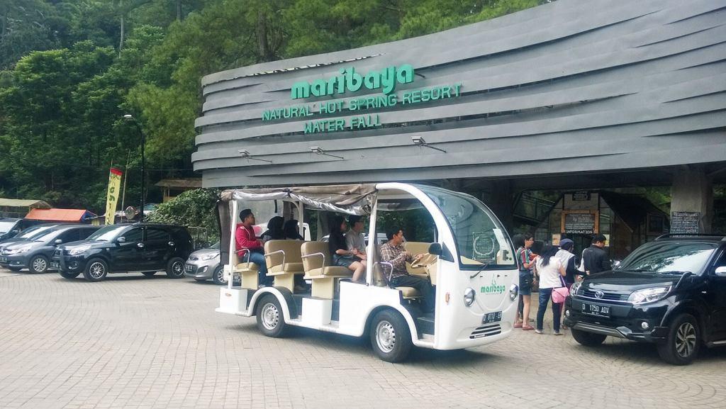 Mobil pembawa penumpang dari parkiran Bandung