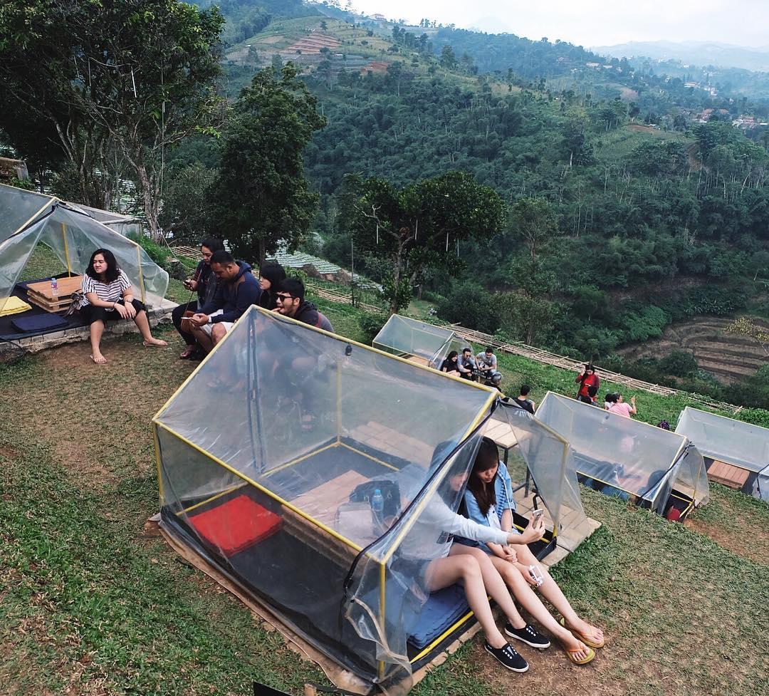 Tenda tenda di bawahnya Punclut Puncak / Lereng anteng