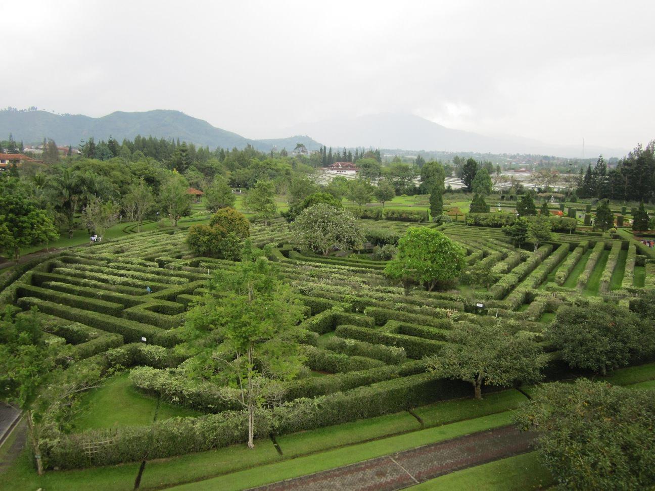 Taman Labirin Taman Bunga Nusantara