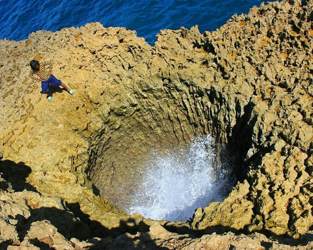 Lubang besar di batu karang Teluk Bidadari & Pantai Mbehi