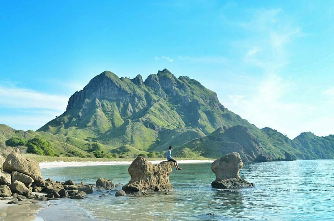 Pemandangan dari bawah Pulau Padar