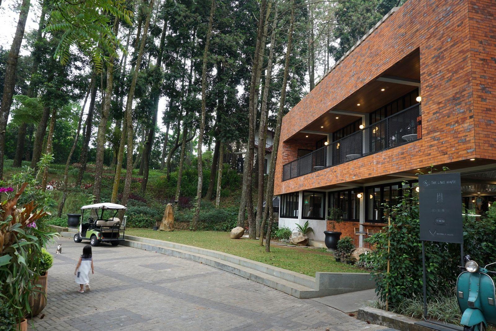 DSC09843 The Lake House