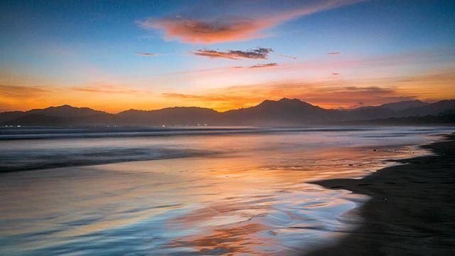 Foto oleh @wira.depe Pantai Pulau Merah