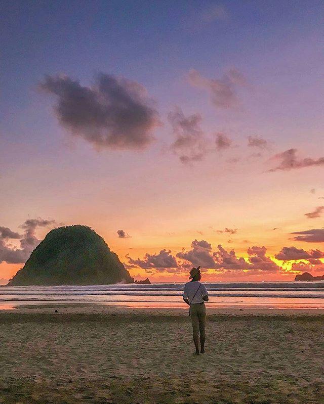 foto oleh @rizalulala  Pantai Pulau Merah