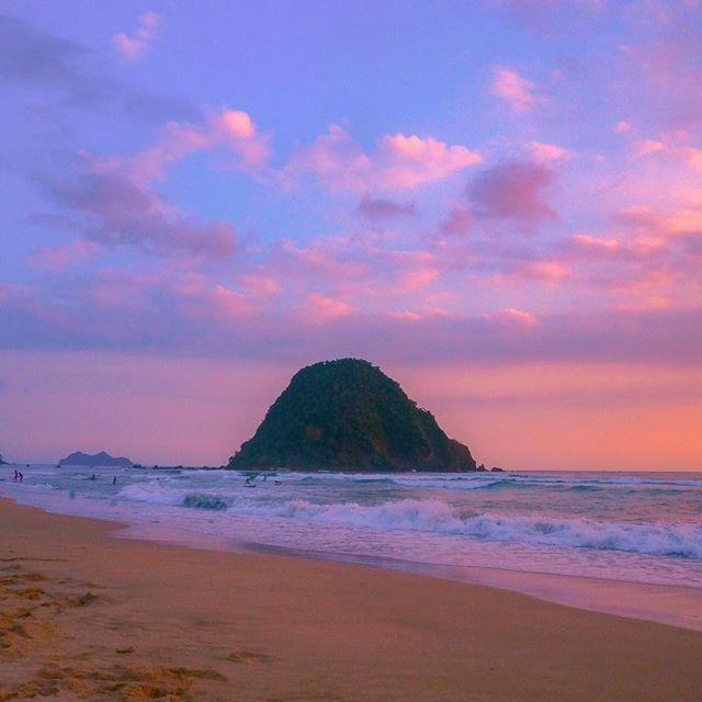 foto oleh @dociwin Pantai Pulau Merah