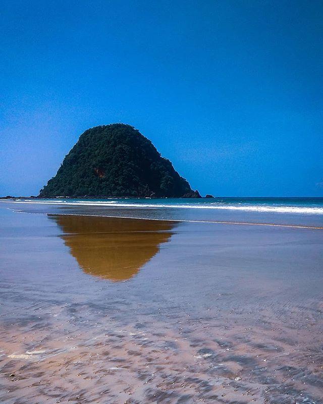 Foto oleh @geowisatalk Pantai Pulau Merah