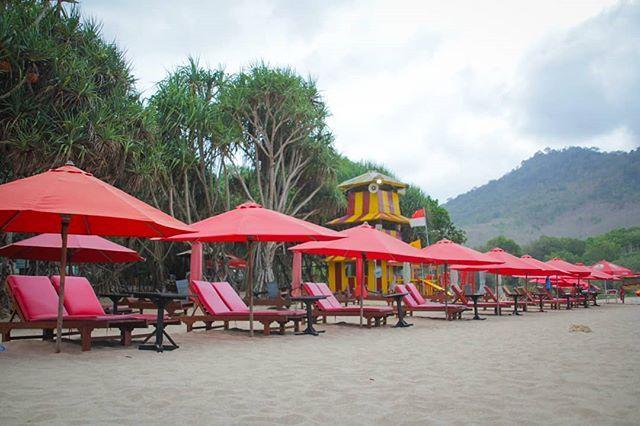 Foto oleh @yuningikar Pantai Pulau Merah