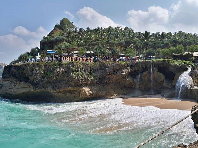 Pantai Banyu Tibo Pacitan by @kamillia_ys Pantai Banyu Tibo